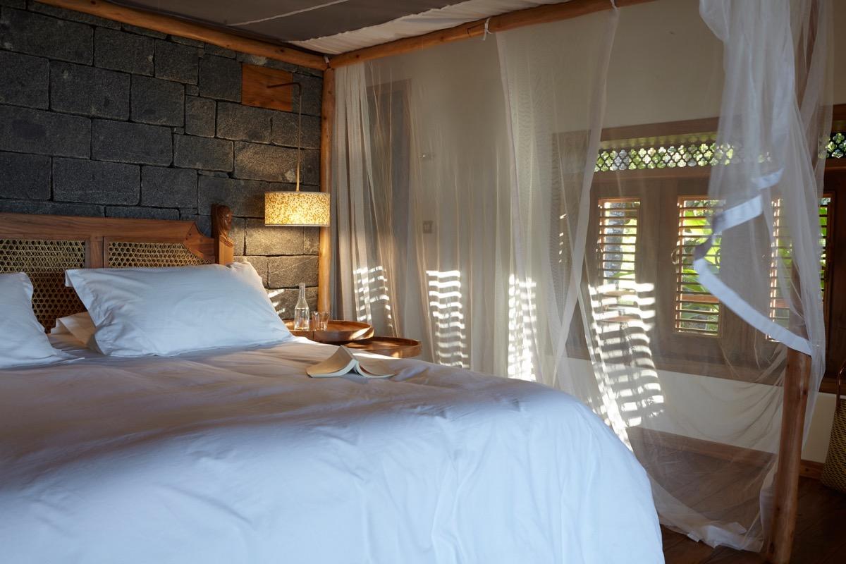 cet Eco-lodge possèdent 3 bungalows de luxe interdit aux enfants , confortables, décoration soignée, belles prestations, grandes terrasses,  vue sur mer, plage privée magnifique , jardin magnifique